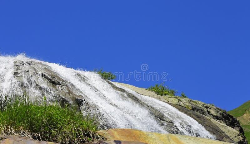 De waterval van Alibek De bergen van Dombay Noordelijke Caucas landscap stock foto's