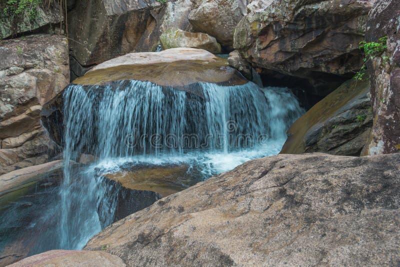 De waterval van bedelaarsho dichtbij Nha Trang in Vietnam stock afbeeldingen
