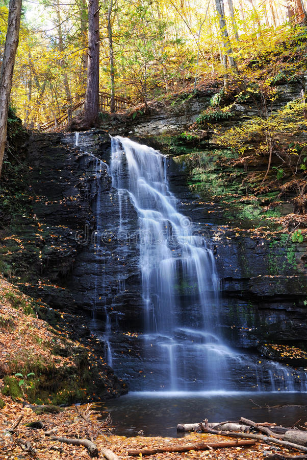 De Waterval van de herfst in berg. stock fotografie
