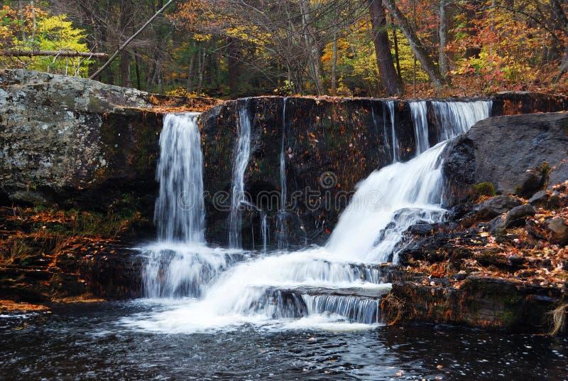 De Waterval van de herfst in berg royalty-vrije stock afbeelding