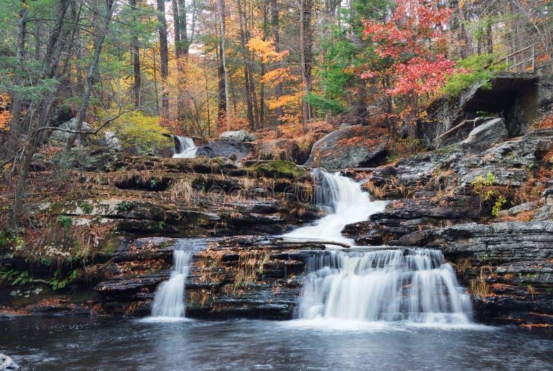 De Waterval van de herfst in berg royalty-vrije stock afbeeldingen