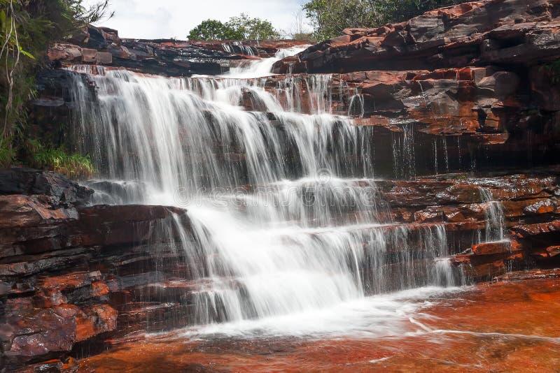 De waterval van de jaspis in Venezuela stock afbeeldingen