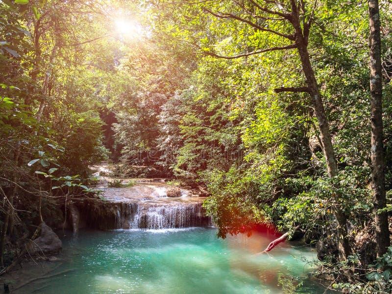 De Waterval van Erawan in Kanchanaburi, Thailand Landschap die van Waterval Grote Steen op het Duidelijke Natuurlijke Water in de royalty-vrije stock foto
