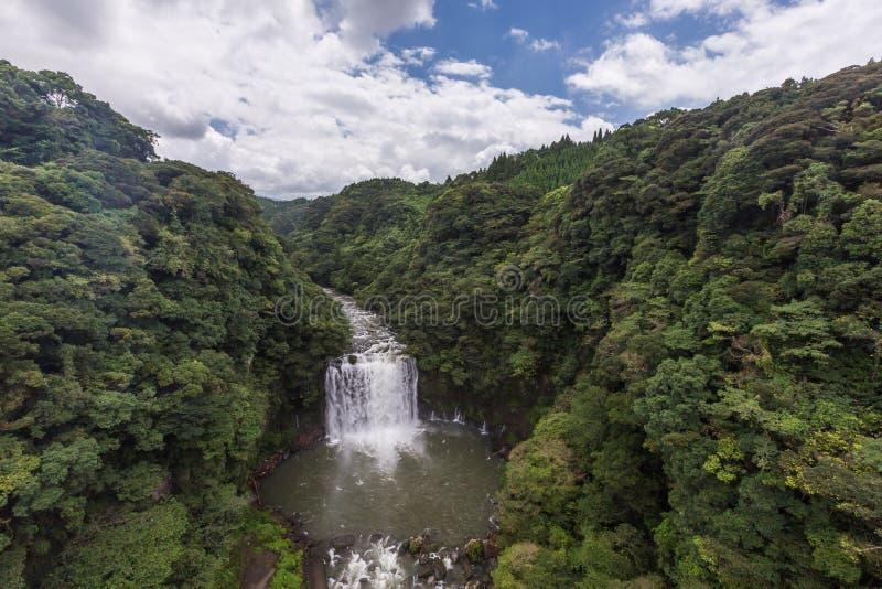 De Waterval van Kamikawaotaki en groen bos in Kagoshima, Kyushu, stock fotografie