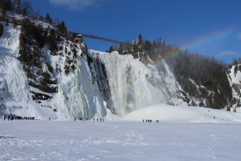 De waterval van Montmorency met regenboog met sneeuw in de winter royalty-vrije stock afbeelding