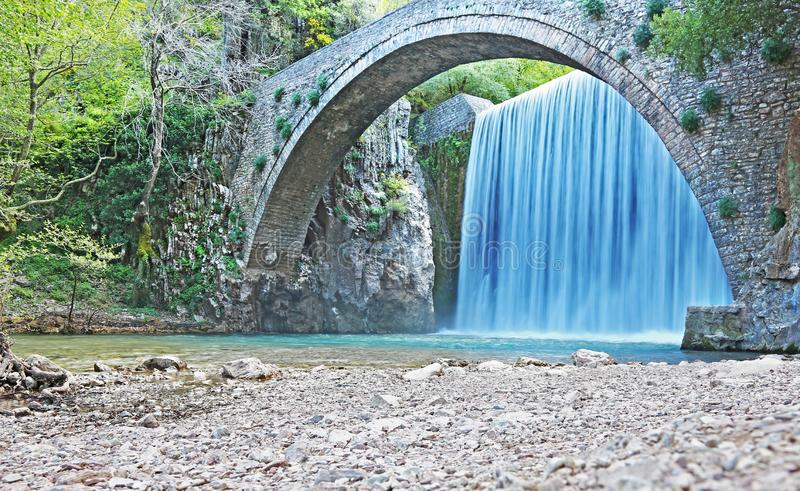 De waterval van Palaiokaria in Trikala Thessaly Griekenland - steenachtige overspannen brug tussen de twee watervallen stock foto's