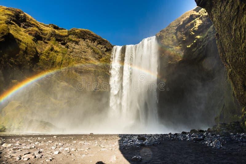 De waterval van Skogafossijsland met een regenboog en een mooie hemel in zuidelijk IJsland royalty-vrije stock fotografie