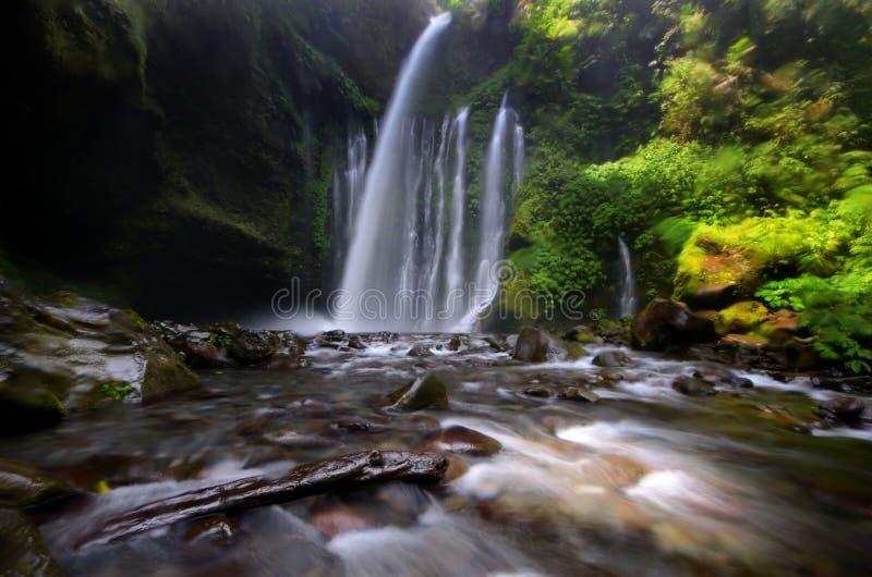 De Waterval van Tiukelep dichtbij Rinjani, Senaru Lombok Indonesië De Kayan-mensen zijn een subgroep van de Rode mensen van Karen stock afbeeldingen