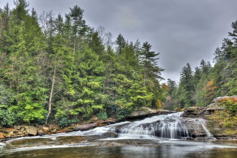 De waterval van Tolliverdalingen in Appalachian bergen in de Herfst stock afbeelding