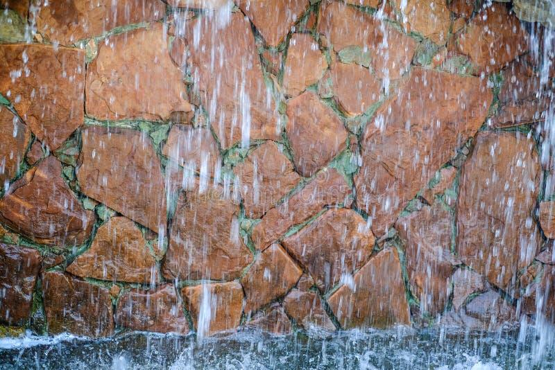 De waterval is verfraaid met natuursteen stock afbeelding