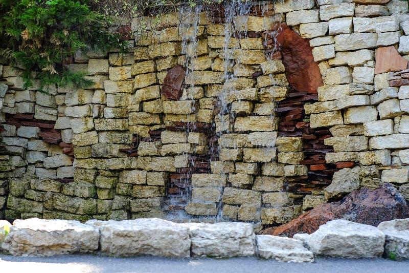 De waterval is verfraaid met natuursteen stock foto