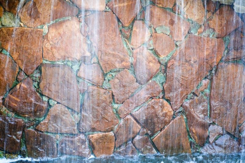 De waterval is verfraaid met natuursteen stock foto's