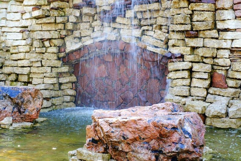 De waterval is verfraaid met natuursteen stock fotografie