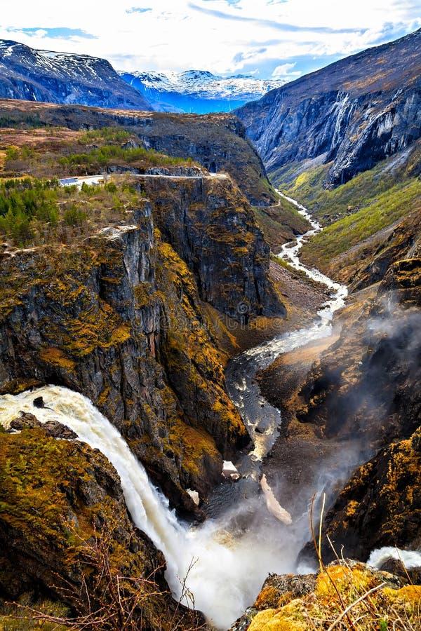 De waterval Voringfossen en de rivier die door gor vloeien royalty-vrije stock afbeelding