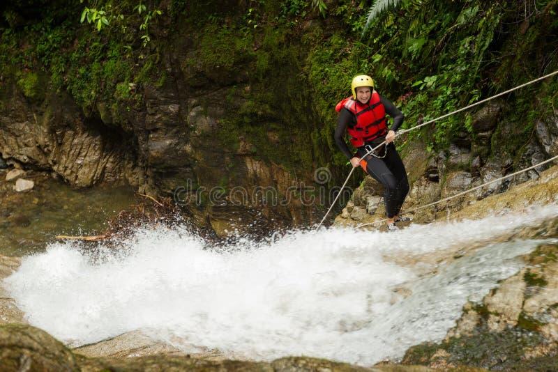 De Watervalafdaling van het canyoningsavontuur royalty-vrije stock foto