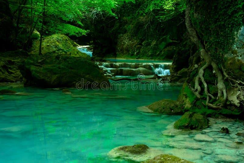 De watervallen van de bergrivier royalty-vrije stock afbeelding