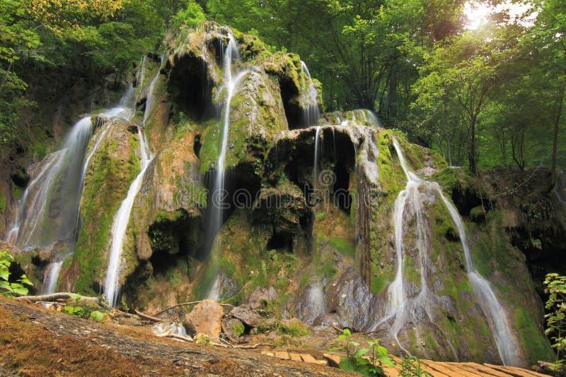 De watervallen van Beusnita, Roemenië stock fotografie