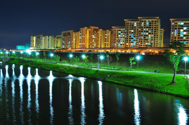 De Waterweg van Punggol met parken en flats stock afbeelding