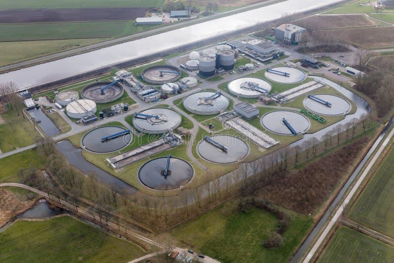 De waterzuiveringsinstallatie van de satellietbeeldriolering in Groningen, Nederland stock afbeeldingen