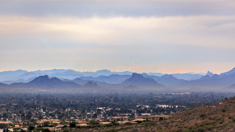 De wazige bergen die van Phoenix van de achtergrond een rommel maken stock afbeeldingen