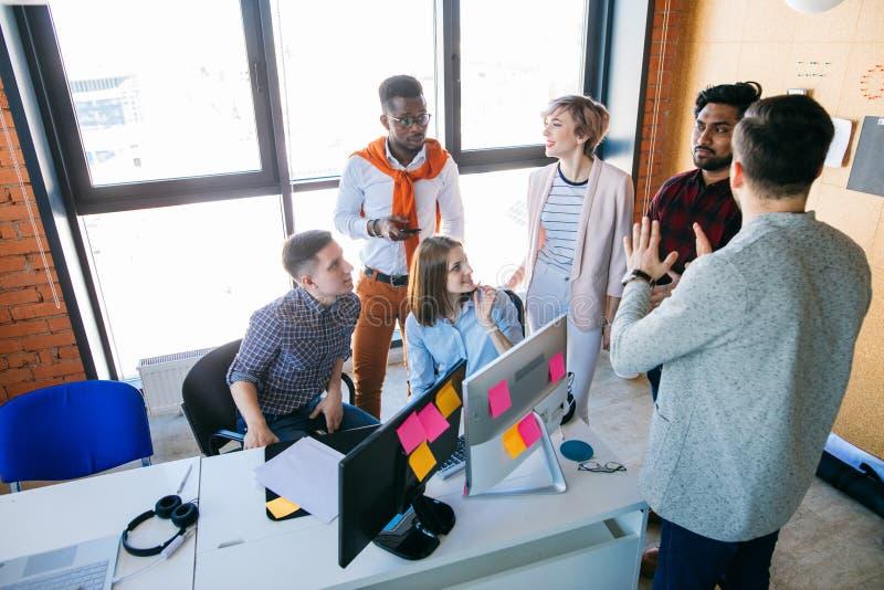 De web-ontwerpers bespreken hun perspectiefplannen op het werk royalty-vrije stock afbeelding