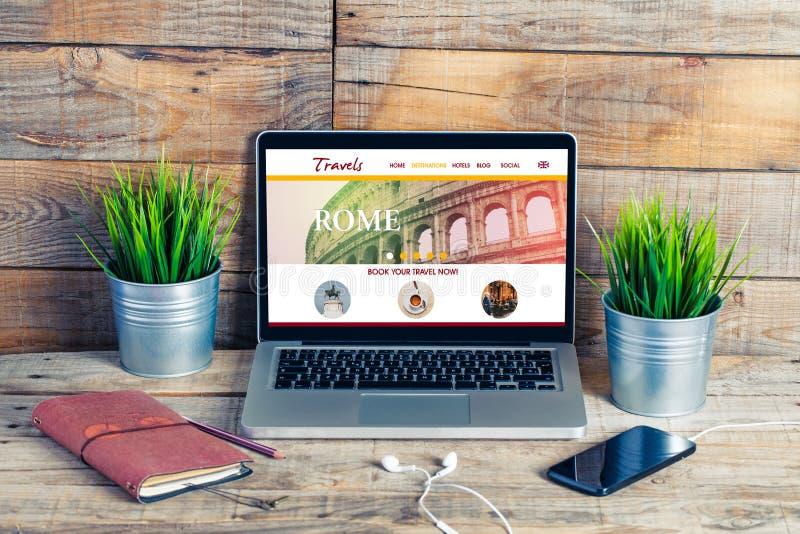 De website van de reisbestemming op een laptop computer stock afbeeldingen