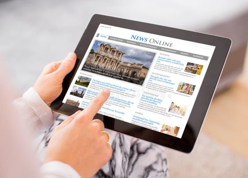 De website van het steekproefnieuws op tablet De inhoud wordt omhoog gemaakt royalty-vrije stock afbeeldingen