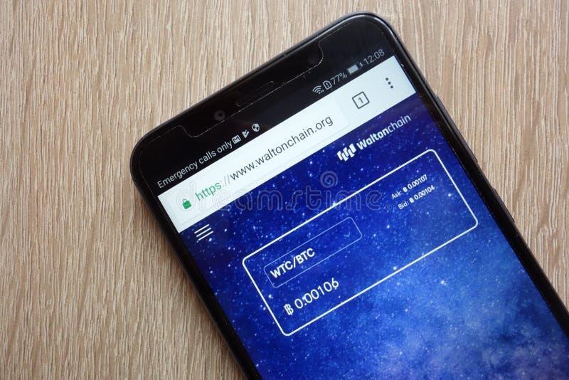 De website van Waltonchainwtc cryptocurrency op smartphone die van Huawei wordt getoond Y6 2018 stock afbeelding