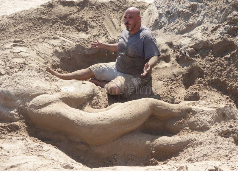 De wedstrijdwinnaar Gary Feliciano creeert zandbeeldhouwwerk op het Coney Island-Strand tijdens het 27ste Jaarlijkse Coney Island stock afbeeldingen