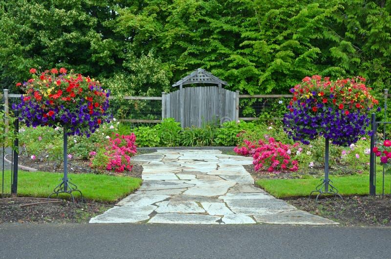 De weelderige ingang van de de lentetuin stock fotografie