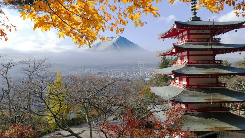 De weergave van mooie tempel met aardige esdoornachtergrond is fuji m stock afbeelding
