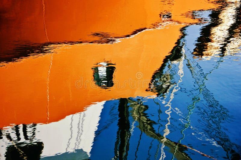 De weerspiegelde Boot van de Haven royalty-vrije stock foto's