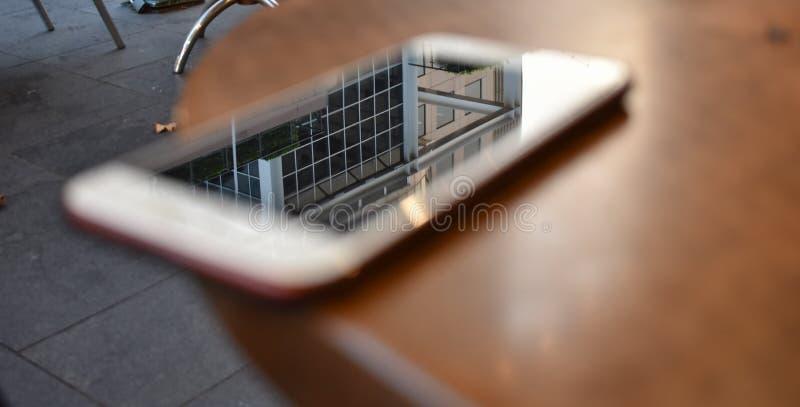 De weerspiegeling van de bouwsteen in de telefoon stock afbeelding