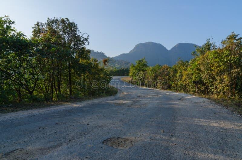 De weg aan berg stock afbeeldingen