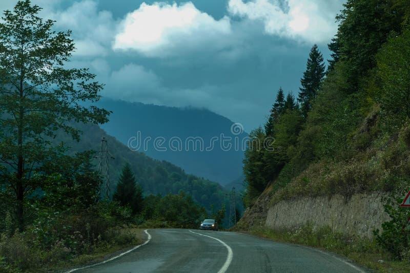 De weg aan de bergen royalty-vrije stock foto's