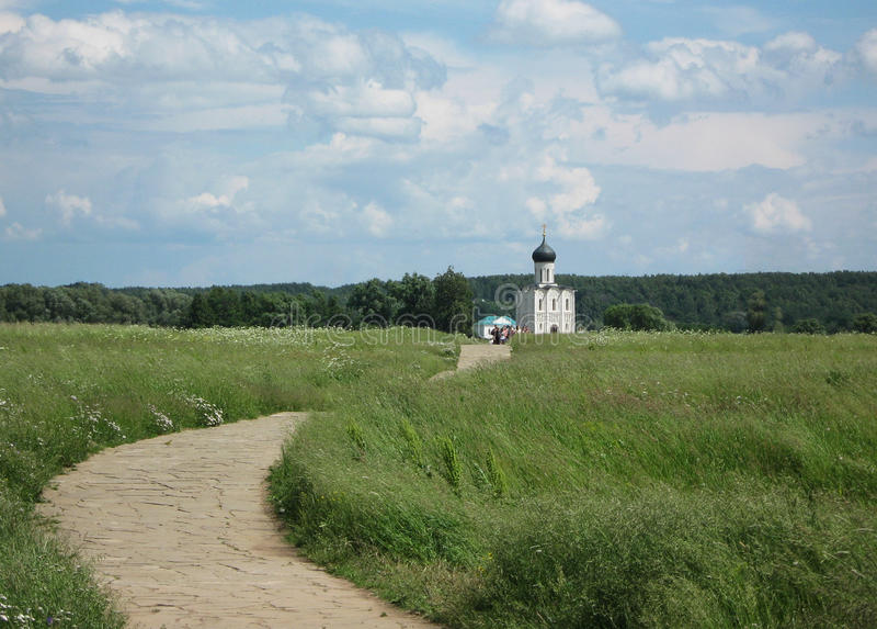 De weg aan de Orthodoxe kerk. royalty-vrije stock foto