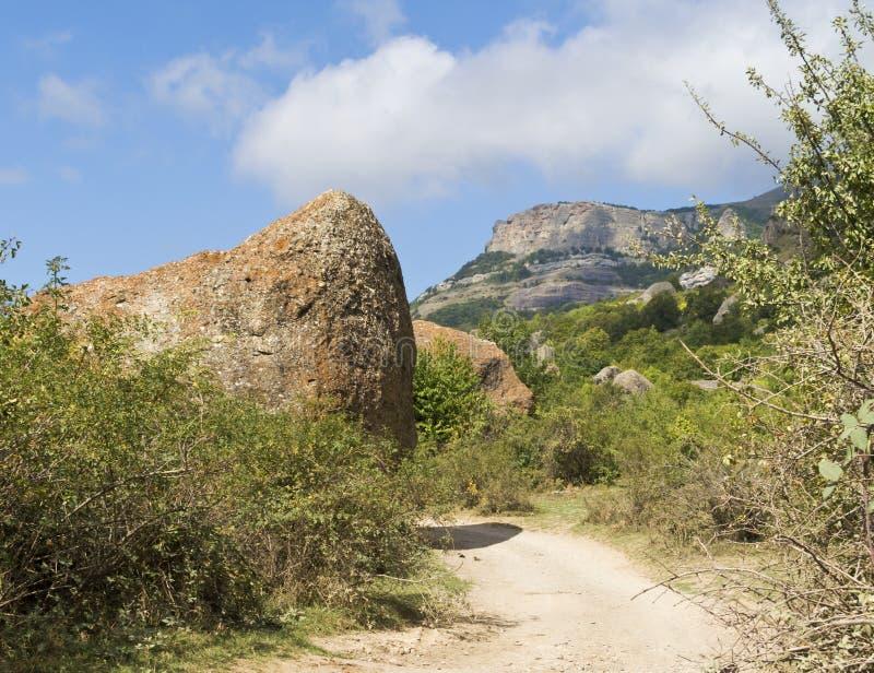 De weg aan de Vallei van spoken op Demerdzhi stock afbeeldingen