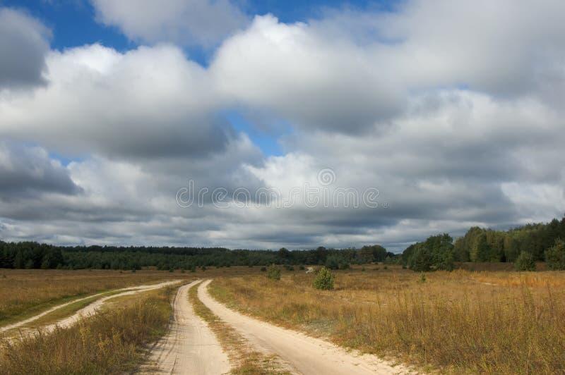 De weg aan het gebied stock afbeeldingen