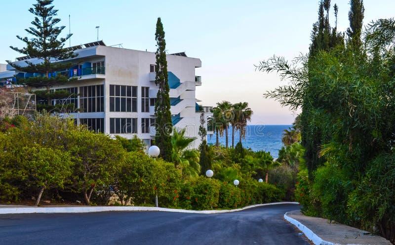 De weg aan het overzees gaat door de hotels over Ayia Napa cyprus stock afbeelding