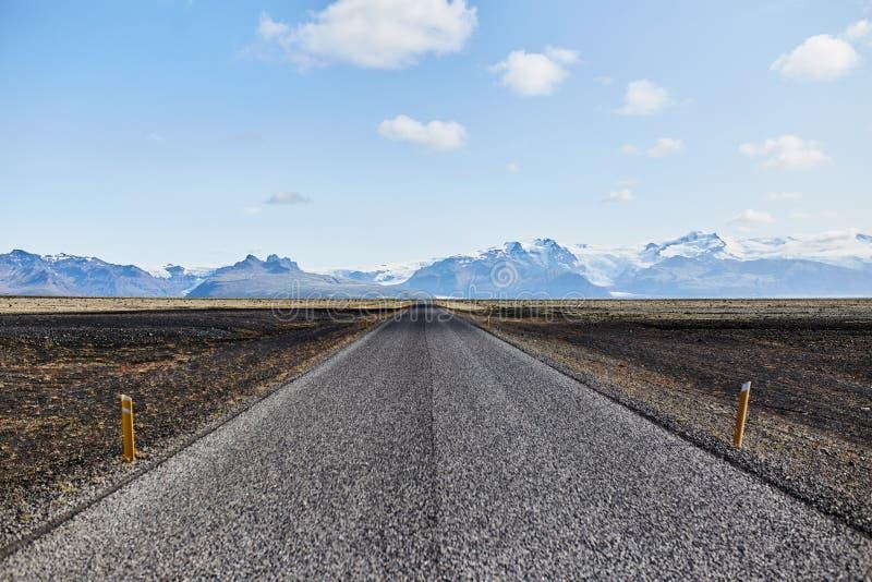 De weg aan de horizon stock foto's