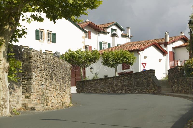 De weg aan Sare, Frankrijk in Baskisch Land op Spaans-Franse die grens, is een de 17de eeuwdorp van de heuveltop door landbouwbed stock foto's