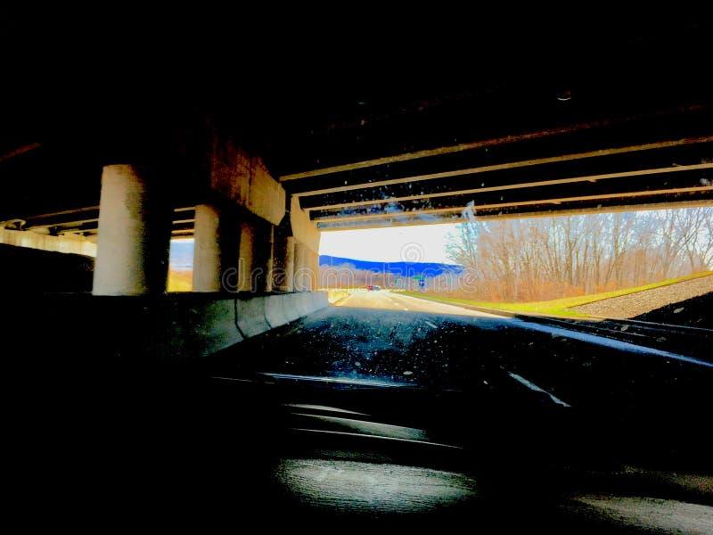 De weg is breed maar mijn passage is smal stock afbeelding