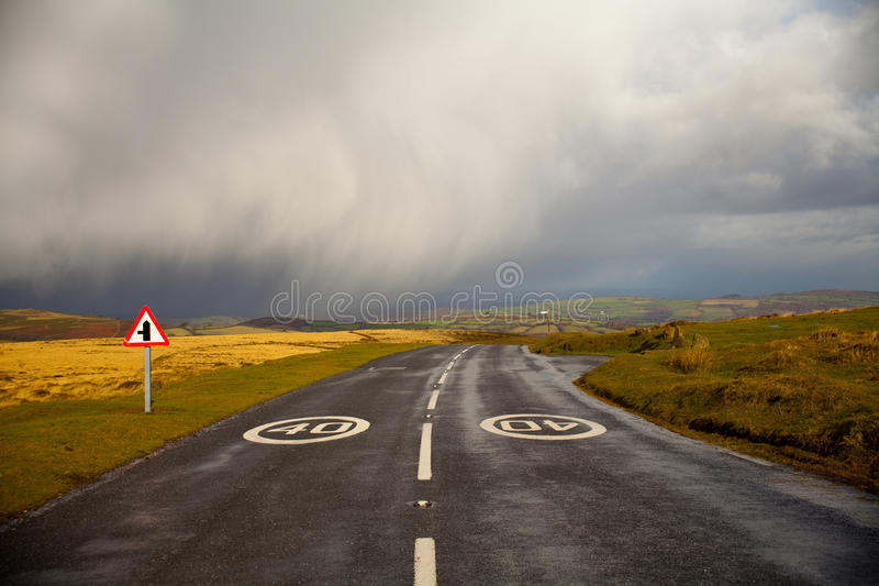 de weg dacht het onweer stock foto's