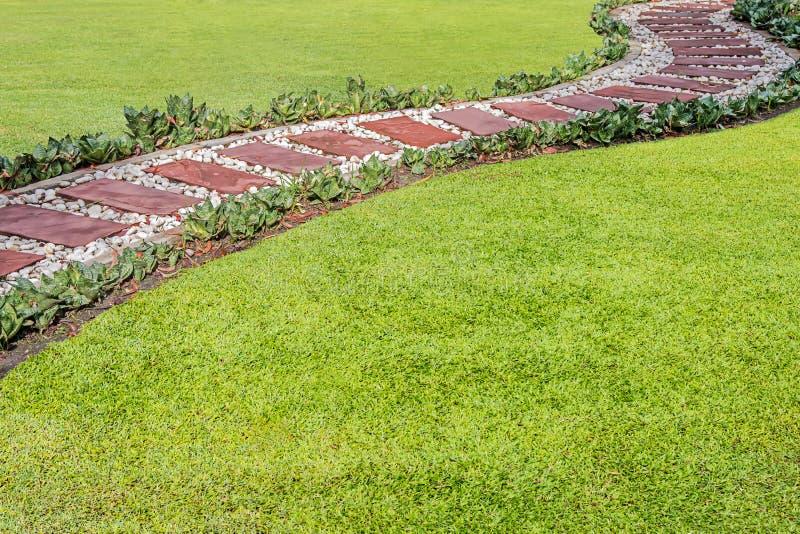 De weg in de tuin royalty-vrije stock foto's