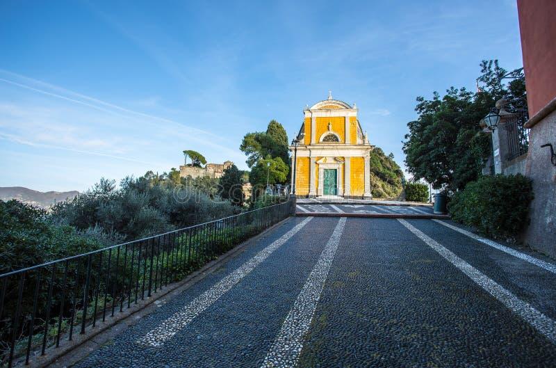 De weg die aan de kerk van San Giorgio in Portofino, Genua, Italië leiden stock fotografie