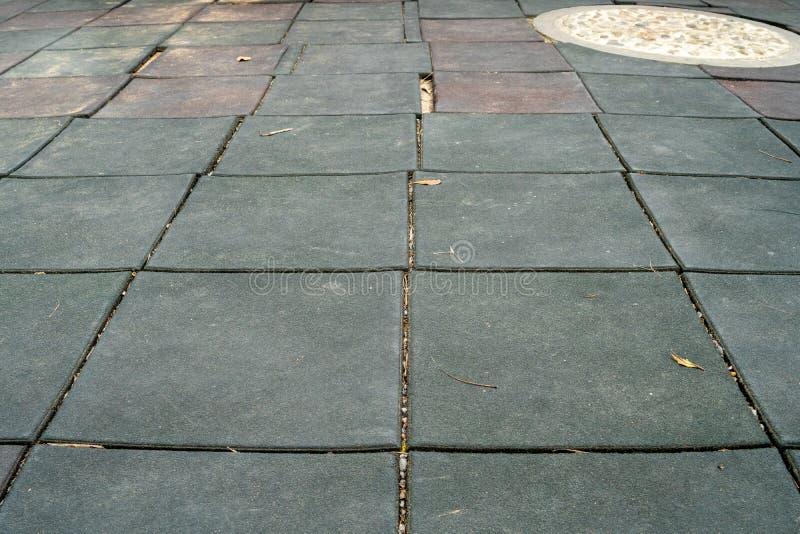 De weg die behandeld met rubbertegels is en een cirkel concrete vloer op de manier heeft royalty-vrije stock fotografie