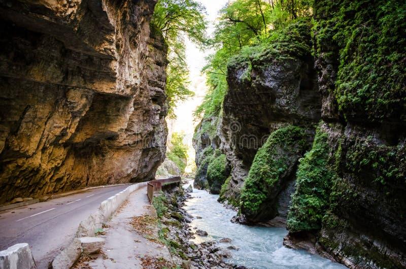 De weg die met mos en rots in Chegem-canion wordt overwoekerd royalty-vrije stock fotografie
