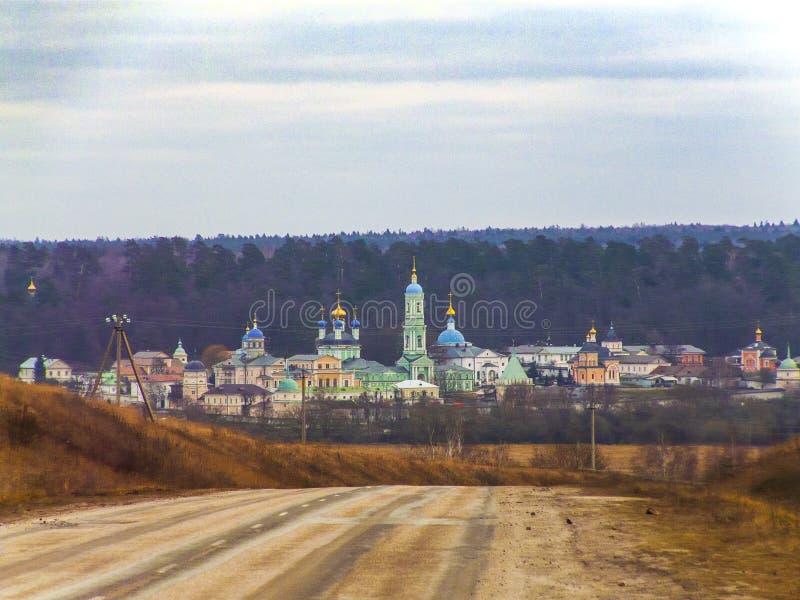 De weg die tot het oude Orthodoxe klooster leiden stock foto's