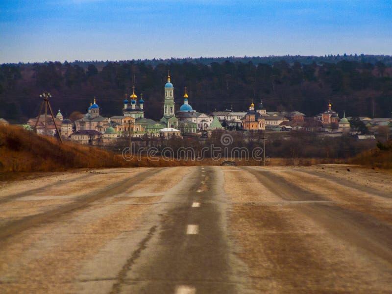 De weg die tot het oude Orthodoxe klooster leiden royalty-vrije stock fotografie