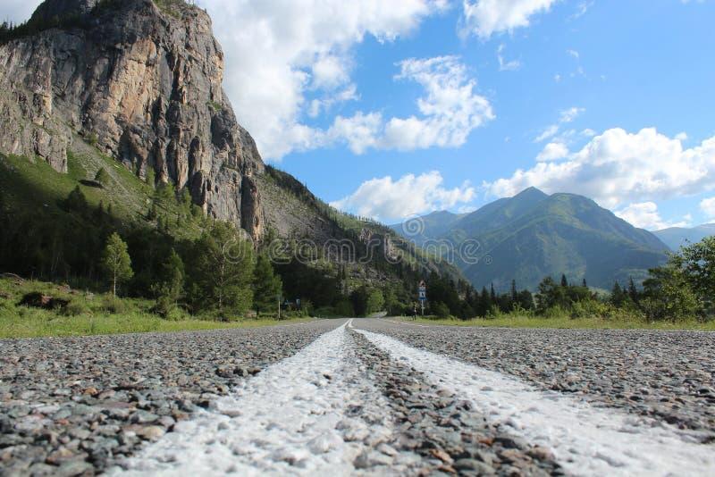 De weg door de bergen van Altay stock afbeelding